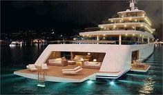 Maior e mais caro iate do mundo custará R$ 3,4 bi.Um bilionário, está construindo o maior iate de luxo do mundo, o Triple Deuce, com 222 m de comprimento, sete andares, duas piscinas, várias banheiras de hidromassagem e uma suíte master de 275 m². Mais comprido que um navio, o iate será também o mais caro já produzido: valor de manutenção entre 20 e 30 milhões de dólares por ano.