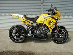 Yamaha TDR 250 motorfiets in racing kleuren, 2 cilinder tweetakt klassieker.
