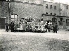 Mallasjuoman henkilökunta ja Lahden ensimmäinen kuorma-auto vuonna 1914.