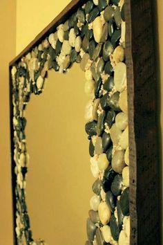 Зеркало, оформленное речным камнем