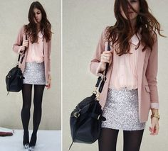 Un infaltable de este estilo son las medias en color oscuro que contrastan muy bien con la luz de la falda brillante.