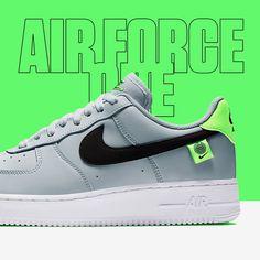 OUT NOW 🟩◻ Wat vinden jullie van deze grijze uitvoering van de Nike Air Force 1 'World Wide'! Een heerlijk paartje met neon groene elementen en een zwarte contrasterende swoosh, heel nice! Air Force Sneakers, Nike Air Force, Sneakers Nike, Trainers, Pairs, Fresh, Nice, Shoes, Nike Tennis
