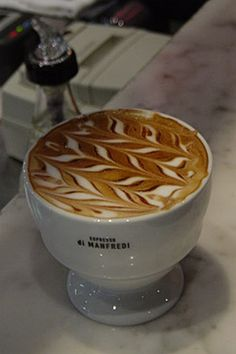 American café au lait is generally served in a cup, as with brewed coffee, being served in a bowl only at shops which wish to emphasize French tradition.