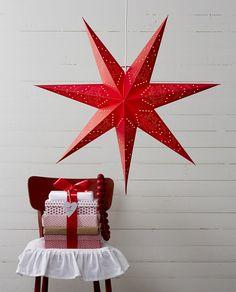 Sensy er en gammel klassiker fra Star Trading som selger like godt hvert år grunnet sin vakre og klassiske design. Adventsstjernene har nydelig mønster og passer et bredt spekter av ulike interiørstiler og ble lansert i 2018 i en vakker rød farge. Stars, Sterne, Star