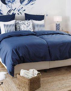 »Blue Country«  Maritimes Royalblau und frisches Weiß dominieren den Raum. Absolutes Highlight: die farblich passende Fototapete!