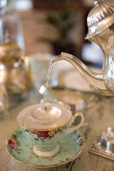 Vintage tea time - enjoy this delightful setting. Afternoon Tea, Coffee Time, Tea Time, Pu Erh, Tee Kunst, Café Chocolate, Cuppa Tea, My Cup Of Tea, Tea Service