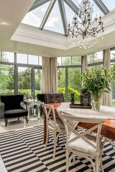 Rustic Sunroom, Sunroom Ideas, Patio Ideas, Modern Country, Modern Rustic, Modern Farmhouse, Old Country Houses, Modern Windows, Cottage In The Woods