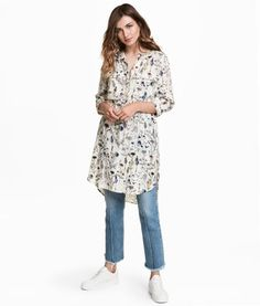 Natural white/floral. Straight-cut, short dress in woven viscose. Concealed button placket, chest pockets with flap, and 3/4-length sleeves. Rounded hem.