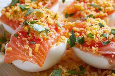 huevos rellenos aurora con salmon Primers, Aurora, Vegetables, Food, Deviled Eggs Recipe, Food Platters, Smoker Cooking, Appetizers, Salads