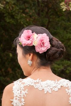 Try flowers in your hair for a romantic look. photo: www.eyecontact.ca