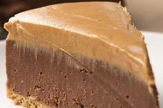 Aprenda a fazer o cheesecake de chocolate com manteiga de amendoim:   Este cheesecake de chocolate com manteiga de amendoim parece que foi tirado de um sonho