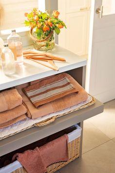 Lavaderos y zonas de planchado: 4 proyectos geniales y muy completos Ideas Geniales, Mudroom, Interior Design, Storage, Table, Furniture, Home Decor, Laundry, Color