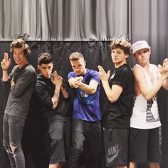 One Direction.everyone with a serious kinda face nd luk at harry😍😍 One Direction Fotos, Four One Direction, One Direction Wallpaper, One Direction Humor, One Direction Pictures, 0ne Direction, Direction Quotes, Zayn Malik, Niall Horan