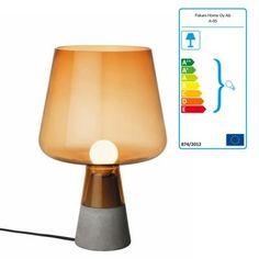 Ein Sonnenaufgang für Ihre eigenes zu Hause. In dieser Lampe – deren Form an eine traditionellen Lampe angelehnt ist – trifft robuster Betonsockel auf feines, zerbrechliches, mundgeblasenes Glas. Ein Gegensatz, der hier eine wunderbare, zarte Symbiose entstehen lässt.