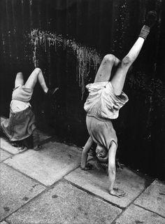Roger Mayne - Girls Doing Handstands, Southam Street, London 1956 # Photography Robert Doisneau, Photo Vintage, Vintage Photos, Vintage Photographs, Girl And Cat, Poses, Roger Mayne, Smartphone Fotografie, Photocollage