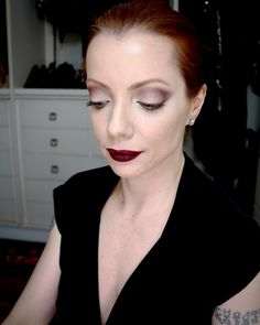 Julia Petit maquiagem com esfumado marrom iluminado com dourado e boca vinho.