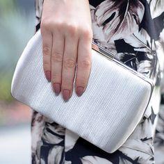 5da4455843 Como não amar uma bolsa estilo clutch dessas  Ela é coberta com fios  metalizados que garantem um brilho a ela
