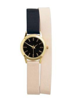 Montre: Petite montre en métal doré avec cadran uni. Modèle avec bracelet en cuir, daim et imitation cuir, à enrouler autour du poignet. Diamètre du cadran 1,8 cm. Largeur du bracelet 1 cm, longueur 40 cm.