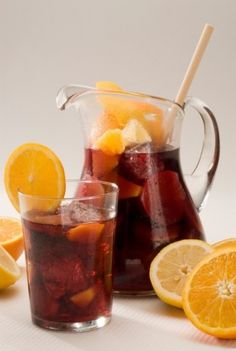 como hacer sangría. Vino tinto, jugo naranja, melocotones, soda.