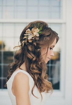 Wedding Hairstyles: Romantic waves adorned with a fresh floral hair clip