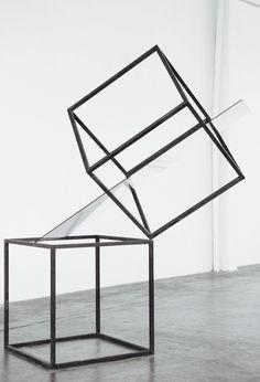Túlio Pinto: Compensação III, 2013. 02 cubos de aço e lâminca de vidro. 2 cubos de aço com 90x90x90cm.