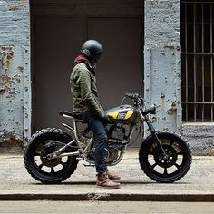 An built for the streets of Miami - Yamaha cafe racers, scramblers and trackers - Motorrad ideen Ducati, Yamaha, Moto Scrambler, Cb 750 Cafe Racer, Cafe Racer Bikes, Retro Bikes, Cbx 250, Mustang, Bike Motor