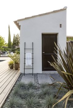 Aix-en-Provence, Creación de un jardín privado, arquitecto paisajista, diseñador rural . Backyard Cabana, Pool Cabana, Aix En Provence, Outdoor Spaces, Outdoor Living, Mediterranean Garden, Concrete Patio, Landscape Lighting, Pool Landscaping
