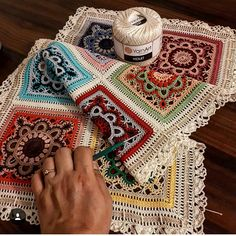 super Ideas for crochet braids tutorial granny squares Crochet Squares, Crochet Granny, Filet Crochet, Crochet Motif, Crochet Designs, Crochet Flowers, Granny Squares, Crochet Table Topper, Crochet Table Runner