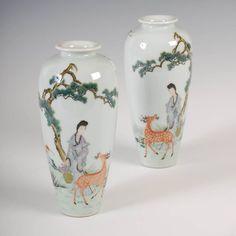 Par de vasos em porcelana Chinesa, Periodo Republicano, com marcas do Periodo Qianlong, 19cm de altura, 2,590 USD / 2,320 EUROS / 8,140 REAIS / 17,210 CHINESE YUAN
