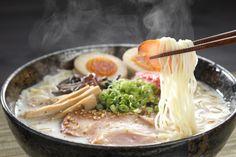 Ramen. Tipico piatto giapponese a base di brodo di carne o pesce aromatizzato con miso in cui sono tuffate tagliatelle di farina di frumento o di riso. Esistono diverse varietà di ramen in base alla zona del Giappone dalla quale la ricetta proviene; tra i più famosi ci sono il tonkatsu ramen e lo shōyu ramen.