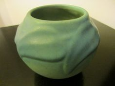 Van Briggle Pottery is a known name, in American pottery. The founder Artus Van Briggle moved to Colorado Springs from Ohio due to his tuberculosis. This gorgeous blue green vase, has artist's signatu Porcelain Ceramics, Ceramic Vase, Ceramic Pottery, Green Vase, Blue Green, Green Bowl, Roseville Pottery, Pottery Designs, Pottery Ideas