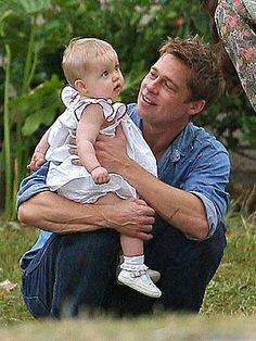 Brad Pitt with daughter, Shiloh, Brad's look of love so many of us never had.happy for Shiloh and other kids that have this soooo sweet! Brad And Angie, Brad Pitt And Angelina Jolie, Jolie Pitt, Shiloh Pitt, Jennifer Aniston, Todays Parent, Celebrity Kids, Celebrity Photos, Fathers Love