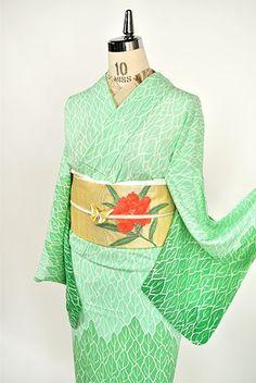 翡翠のような澄んだ緑のグラデーション美しく染め出された絵本のような森のデザインがモダンな付下げ柄の絽の夏着物です。