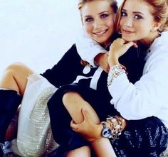 Mary Kate ed Ashley Olsen, sono da sempre due delle fashion victim più amate al mondo,nonostante l'assenza dai riflettori, dettano stile con maxi accessori.http://www.sfilate.it/222112/gemelle-olsen-icone-di-stile-extralarge