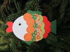 Tvoření pro děti - Rybka červeno-zelená Tvoření pro děti - jednoduchá skládačka k sestavení Sada obsahude díly ke slepení rybičky. Lze použít jako samostatnou dekoraci, nalepit na přáníčko, nebo třeba zavěsit na větev, vánoční stromeček,... Součástí balení je i návod a obrázek pro inspiraci k hotové rybičce. Výsledná velikost cca 15x11cm Výroba rybičky je ... Christmas Ornaments, Holiday Decor, Cookies, Home Decor, Dekoration, Crack Crackers, Decoration Home, Room Decor, Christmas Jewelry