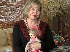 Pepita Rodrigues com a boneca inspirada nela, que foi lançada na época da novela (Foto: VIVA)