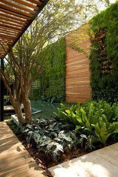 Fantastic fencing ideas that are sure to enhance your garden and maintain privacy. Flower and vegetable garden fence ideas, for small garden with cheap privacy fencing ideas. Small Gardens, Outdoor Gardens, Vertical Gardens, Outdoor Patios, Landscape Architecture, Landscape Design, Green Architecture, Dream Garden, Home And Garden