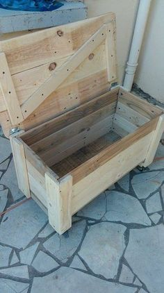 Pallet Chest on Wheels 101 Pallet Ideas tinycowboyworker Wooden Pallet Projects, Pallet Crafts, Woodworking Projects Diy, Pallet Ideas, Woodworking Plans, Diy Projects, Project Ideas, Sketchup Woodworking, Woodworking Equipment