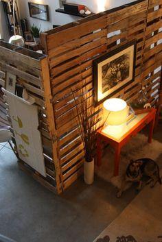 biombo organizador de espacio hecho con maderas de recicle