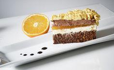 Jonitu vsako leto za rojstni dan pripravim kaj sladkega. Čeprav ni ljubitelj slaščic, je za goste vseeno potrebno nekaj pripraviti, kajne? Kombinacijo čokolade in pomaranče naravnost obožujem, zato sem se tokrat odločila, da pripravim nekaj s tema okusoma. Rezultat? Boljše čokoladno-pomarančne tortice še nisem jedla. Resno! Ker je priprava dokaj zamudna, je najbolje, da se