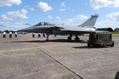 Moins puissant que les F-15 et Su-35, mais disponible en version Marine, doté de deux réacteurs contre un pour le F-16, il est difficile de comparer le Rafale à ses concurrents. Contrairement à eux, l'appareil a été conçu pour être polyvalent. Il peut mener des opérations de police aérienne, du combat aérien, des attaques au sol, des missions de renseignement et de surveillance et se poser sur un porte-avion... La France l'engage dans des conflits très variés.