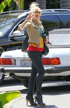 Gwen Stefani: Peace at the Studio!: Photo Gwen Stefani rocks fierce boots while exiting a friend's house with her cute son Kingston on Friday (May in Sherman Oaks, Calif. Gwen Stefani Mode, Gwen Stefani And Blake, Gwen Stefani Style, Spring Street Style, Street Chic, Gwen And Blake, Rock And Roll Girl, Black Skinnies, Her Style