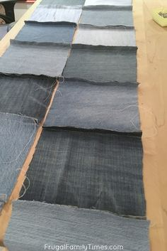 How do I make a denim blanket with old jeans (a very simple sewing project!) How do I make a denim blanket with old jeans (a very simple sewing project! Denim Quilts, Denim Quilt Patterns, Blue Jean Quilts, Bag Patterns, Easy Sewing Projects, Sewing Projects For Beginners, Sewing Hacks, Sewing Tips, Sewing Tutorials