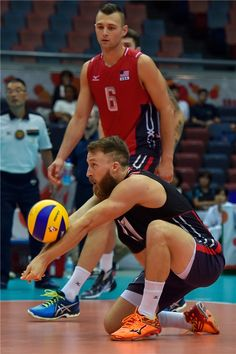 Why Do Men Volleyball Players Not Wear Knee Pads? Volleyball Knee Pads, Volleyball Poses, Japan Volleyball Team, Volleyball Workouts, Volleyball Players, Volleyball Photography, Sport Photography, Sports Captions, Volleyball Wallpaper