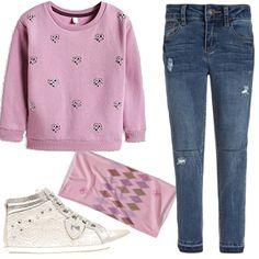 Outfit per una bambina di otto nove anni, felpa rosa con applicazioni di strass a forma di cuore, jea+ns usurati come vuole la moda e bellissime snaker in pizzo rosa pallido e argento, uno scaldacollo in tinta.