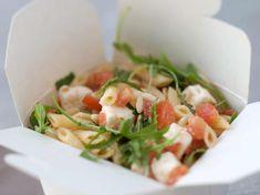 Recette Salade de pâtes au thon. Ingrédients (4 personnes) : 500 g de macaroni, 2 boîtes de thon au naturel (240 g net), 2 courgettes... - Découvrez toutes nos idées de repas et recettes sur Cuisine Actuelle