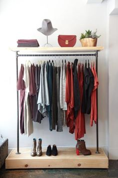 21 Really Inspiring Makeshift Closet Designs For Small Spaces Makeshift Closet, Diy Clothes Rack, Clothes Rack Bedroom, Diy Wardrobe, Perfect Wardrobe, Wardrobe Rack, Garment Racks, Boutique Interior, Rack Design
