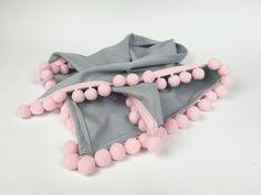 Apaszka z pomponami to idealne uzupełnienie garderoby małych dziewczynek. Wystarczy dobrać odpowiedni kolor pomponów i materiału z jakiego będziemy szyć a jej wykonanie zajmie nam dosłownie chwilę. Pokażę Wam dzisiaj jakuszyć apaszkę z pomponami. Jesienna lub wiosenna, będzie idealnym dodatkiem na każdą okazję. Zobaczcie jak uszyć apaszkę krok po kroku. Czego potrzebujemy do uszycia …