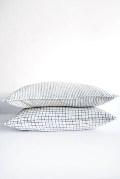linge particulier black and white pillow