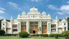 Mysore Palace is one of the magnificent castles in India. The city and palace Mysore are able to fascinate any fan of the Eastern cultures. Best Resorts, Best Hotels, Beautiful Castles, Beautiful Places, Mysore Palace, Tower House, Top Destinations, Incredible India, Cool Places To Visit